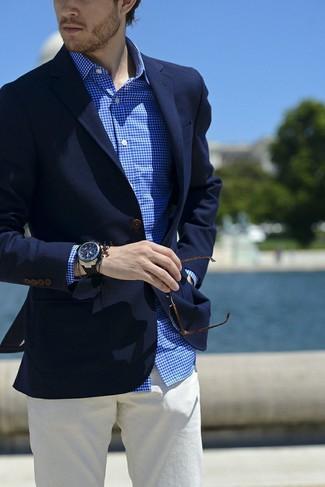 Wie kombinieren: dunkelblaues Sakko, weißes und blaues Businesshemd mit Vichy-Muster, weiße Chinohose, schwarze Gummi Uhr