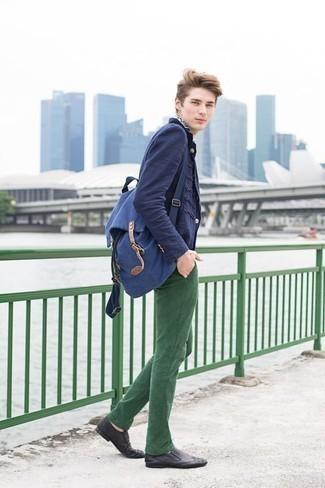 Herren Outfits & Modetrends 2020: Smart-Casual-Outfits: Die Paarung aus einem dunkelblauen Sakko und einer dunkelgrünen Chinohose ist eine kluge Wahl für einen Tag im Büro. Vervollständigen Sie Ihr Outfit mit schwarzen Leder Slippern, um Ihr Modebewusstsein zu zeigen.