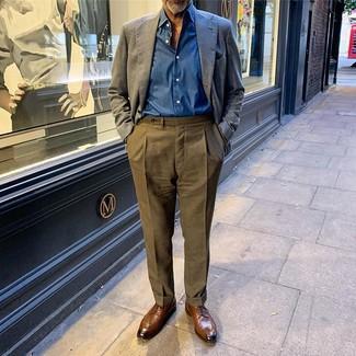 Wie kombinieren: dunkelblaues Leinen Sakko, blaues Langarmhemd, olivgrüne Anzughose, braune Leder Derby Schuhe