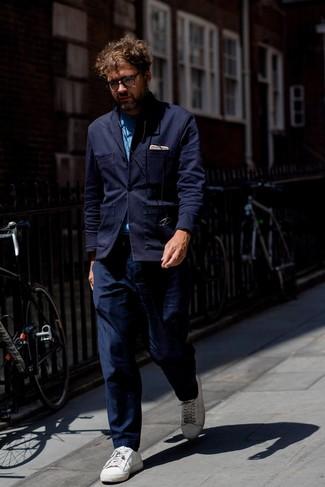 Wie kombinieren: dunkelblaues Strick Sakko, blaues Chambray Langarmhemd, dunkelblaue Chinohose, weiße Leder niedrige Sneakers