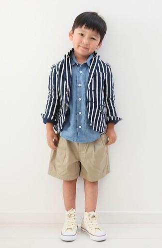 Wie kombinieren: dunkelblaues Sakko, blaues Langarmhemd mit Schottenmuster, beige Shorts, hellbeige Turnschuhe