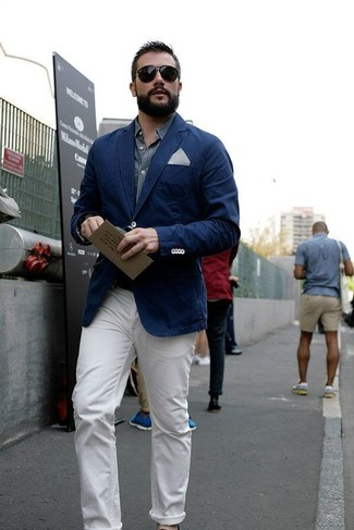 Wie kombinieren: dunkelblaues Sakko, graues Chambray Langarmhemd, weiße Chinohose, weißes und schwarzes gepunktetes Einstecktuch