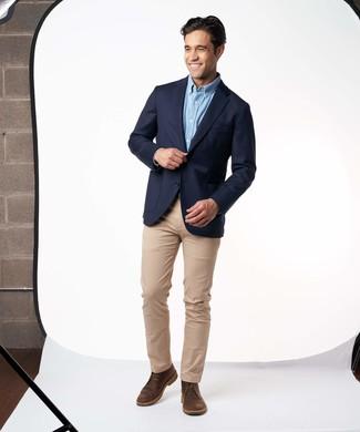 Wie kombinieren: dunkelblaues Sakko, hellblaues Langarmhemd, beige Chinohose, dunkelbraune Chukka-Stiefel aus Leder