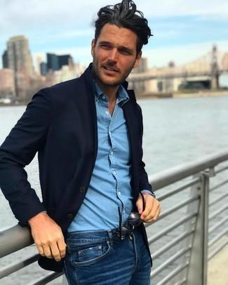Herren Outfits 2020: Tragen Sie ein dunkelblaues Sakko und dunkelblauen Jeans für Drinks nach der Arbeit.