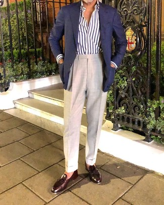 Wie kombinieren: dunkelblaues Sakko, weißes und dunkelblaues vertikal gestreiftes Langarmhemd, hellbeige Anzughose, dunkelbraune Leder Slipper mit Quasten