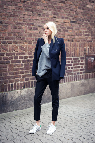 Wie kombinieren: dunkelblaues Sakko, grauer Oversize Pullover, dunkelblaue Anzughose, weiße Leder niedrige Sneakers