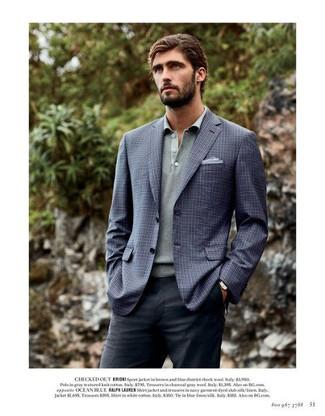 Wie kombinieren: dunkelblaues Sakko mit Karomuster, grauer Polo Pullover, dunkelgraue Anzughose, hellblaues Einstecktuch