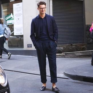 Wie kombinieren: dunkelblaues Sakko, dunkelblaues Polohemd, dunkelblaue Leinen Chinohose, schwarze Leder Slipper mit Quasten