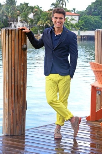 Wie kombinieren: dunkelblaues Sakko, dunkelblaues Polohemd, gelbe Chinohose, braune Wildleder Derby Schuhe