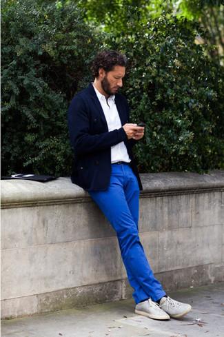 dunkelblaues Sakko, weißes Polohemd, blaue Chinohose, graue Leinenschuhe für Herren