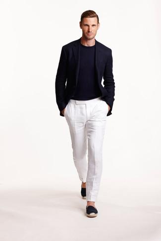 Wie kombinieren: dunkelblaues Wollsakko, dunkelblauer Pullover mit einem Rundhalsausschnitt, weiße Leinen Anzughose, schwarze Segeltuch Espadrilles