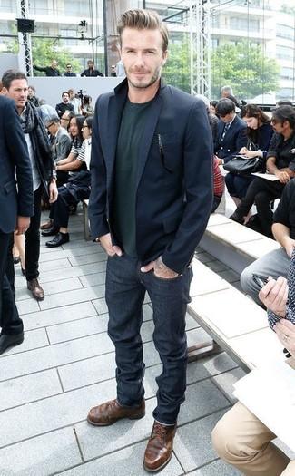Wie kombinieren: dunkelblaues Sakko, dunkelgrüner Pullover mit einem Rundhalsausschnitt, dunkelblaue Jeans, dunkelbraune Lederfreizeitstiefel