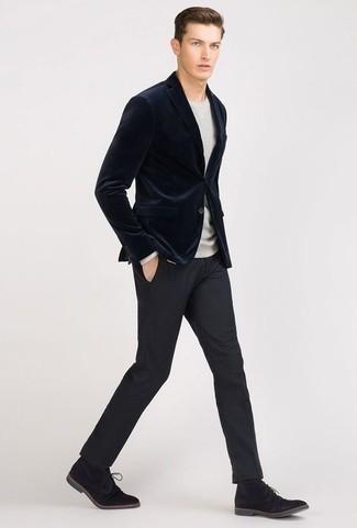 dunkelblaues Samtsakko, grauer Pullover mit einem Rundhalsausschnitt, dunkelblaue Anzughose, schwarze Chukka-Stiefel aus Wildleder für Herren