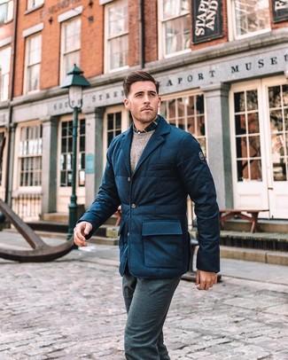 Wie kombinieren: dunkelblaues gestepptes Wollsakko, hellbeige Pullover mit einem Rundhalsausschnitt, dunkelblaues und weißes Langarmhemd mit Schottenmuster, dunkelblaue Wollanzughose