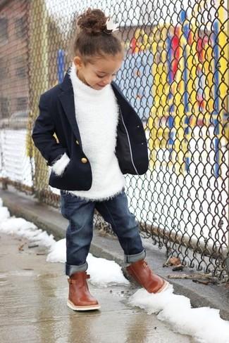 Wie kombinieren: dunkelblaues Sakko, weißer Pullover, dunkelblaue Jeans, braune Stiefel