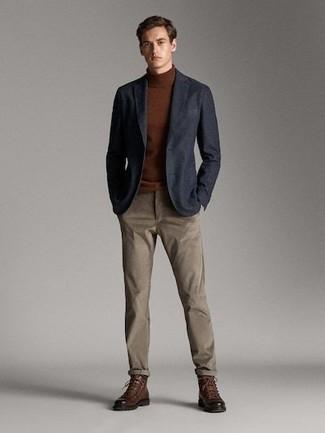 Braunen Rollkragenpullover kombinieren: trends 2020: Tragen Sie einen braunen Rollkragenpullover und eine braune Chinohose für ein bequemes Outfit, das außerdem gut zusammen passt. Schalten Sie Ihren Kleidungsbestienmodus an und machen eine braune Lederfreizeitstiefel zu Ihrer Schuhwerkwahl.