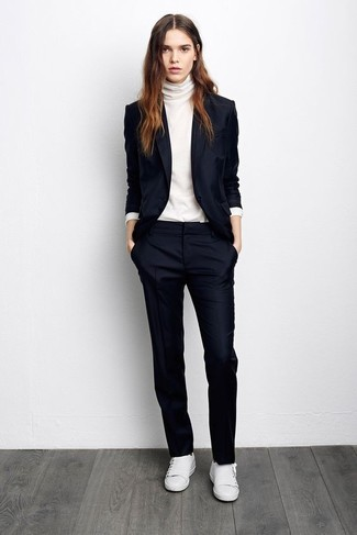 Wie kombinieren: dunkelblaues Sakko, weißer Rollkragenpullover, dunkelblaue Anzughose, weiße Leder niedrige Sneakers