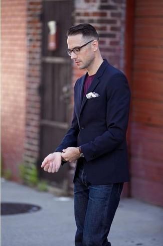 dunkelblaues Sakko, lila T-Shirt mit einem Rundhalsausschnitt, dunkelblaue Jeans, weißes Einstecktuch für Herren