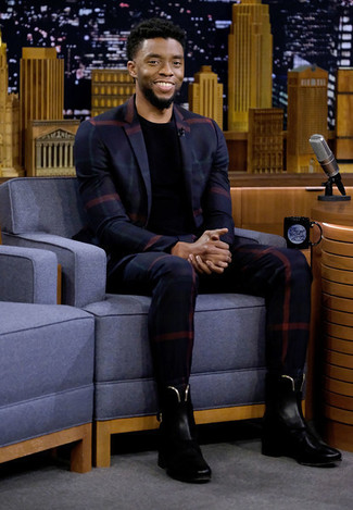 Wie kombinieren: dunkelblaues Sakko mit Schottenmuster, schwarzes T-Shirt mit einem Rundhalsausschnitt, dunkelblaue Anzughose mit Karomuster, schwarze Chelsea-Stiefel aus Leder