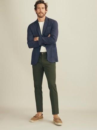 Business Schuhe kombinieren – 500+ Herren Outfits: Kombinieren Sie ein dunkelblaues Sakko mit einer dunkelgrünen Chinohose, um einen modischen Freizeitlook zu kreieren. Setzen Sie bei den Schuhen auf die klassische Variante mit Business Schuhen.