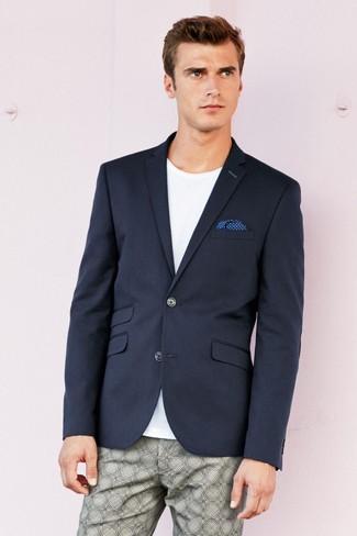 Wie kombinieren: dunkelblaues Sakko, weißes T-Shirt mit einem Rundhalsausschnitt, graue bedruckte Chinohose, blaues gepunktetes Einstecktuch