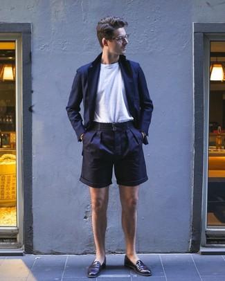 Wie kombinieren: dunkelblaues Sakko, weißes T-Shirt mit einem Rundhalsausschnitt, dunkelblaue Shorts, dunkelbraune Leder Slipper