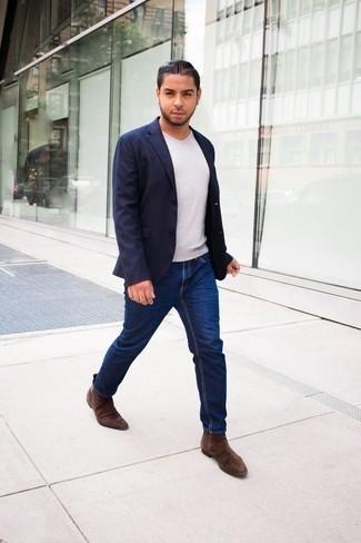 Braune Chelsea Boots aus Wildleder kombinieren: trends 2020: Vereinigen Sie ein dunkelblaues Sakko mit dunkelblauen Jeans für einen für die Arbeit geeigneten Look. Braune Chelsea Boots aus Wildleder putzen umgehend selbst den bequemsten Look heraus.