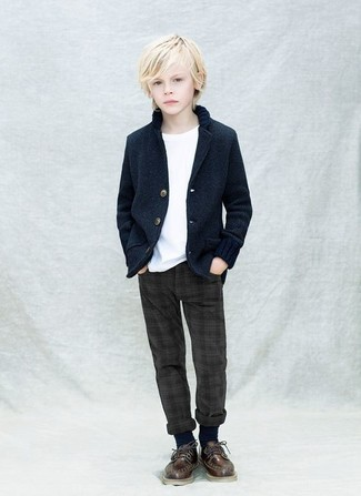 Wie kombinieren: dunkelblaues Sakko, weißes T-shirt, dunkelgraue Hose, dunkelbraune Oxford Schuhe