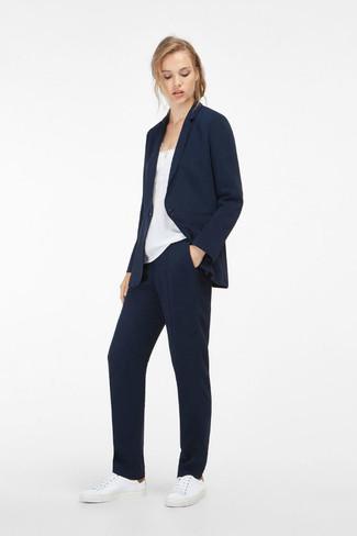Wie kombinieren: dunkelblaues Sakko, weißes Seide Trägershirt, dunkelblaue Anzughose, weiße Leder niedrige Sneakers