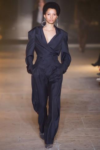 dunkelblaues Sakko, dunkelblaue weite Hose, silberne Leder Stiefeletten, transparente Ohrringe für Damen