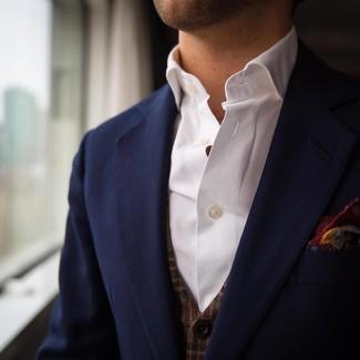 Wie kombinieren: dunkelblaues Sakko, braune Weste mit Karomuster, weißes Langarmhemd, dunkelrotes bedrucktes Einstecktuch