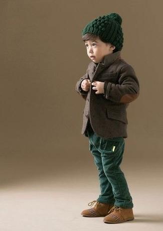 Wie kombinieren: dunkelbraunes Sakko, dunkelgrüne Hose, beige Chukka-Stiefel aus Wildleder, dunkelgrüne Mütze
