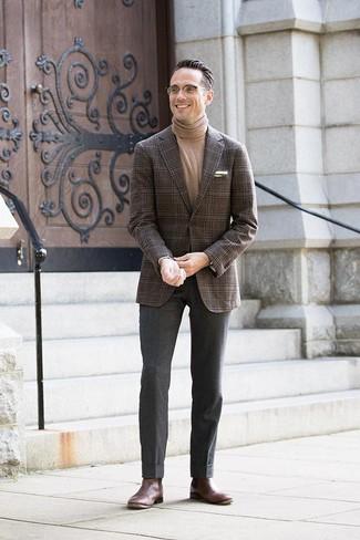 Wie kombinieren: dunkelbraunes Sakko mit Schottenmuster, beige Rollkragenpullover, dunkelgraue Wollanzughose, dunkelbraune Chelsea-Stiefel aus Leder