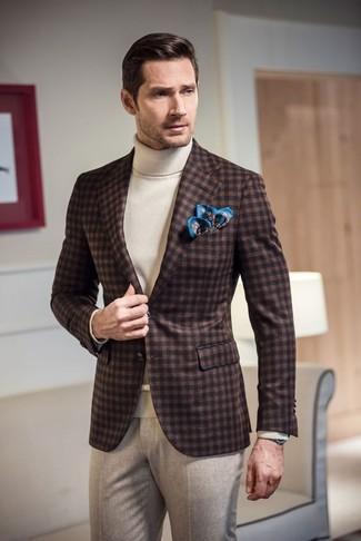 Wie kombinieren: dunkelbraunes Wollsakko mit Vichy-Muster, weißer Rollkragenpullover, hellbeige Wollanzughose, blaues bedrucktes Einstecktuch