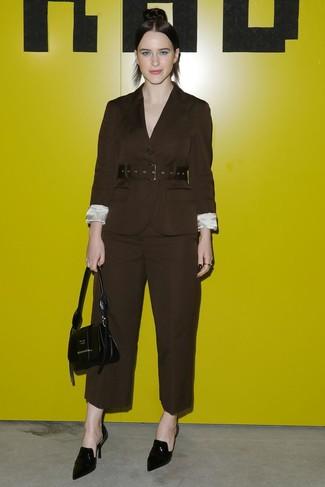 485142646e Wie kombinieren: dunkelbraunes Sakko, dunkelbraune weite Hose, schwarze  Leder Pantoletten, schwarze Lederhandtasche
