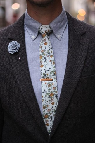 Graues Chambray Businesshemd kombinieren: trends 2020: Erwägen Sie das Tragen von einem grauen Chambray Businesshemd und einem dunkelgrauen Wollsakko für eine klassischen und verfeinerte Silhouette.