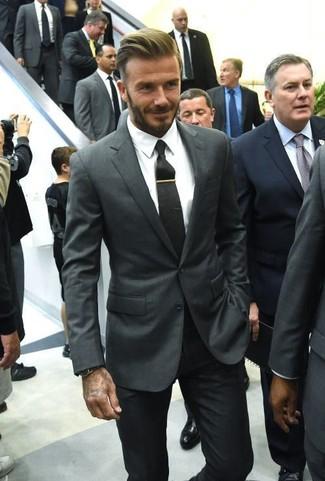 David Beckham trägt Dunkelgraues Sakko, Weißes Businesshemd, Schwarze Anzughose, Schwarze Krawatte