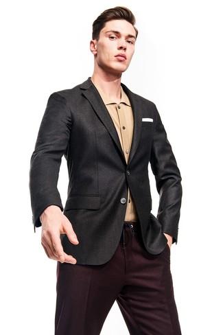 Wie kombinieren: dunkelgraues Sakko, beige Langarmhemd, dunkelrote Anzughose, weißes Einstecktuch