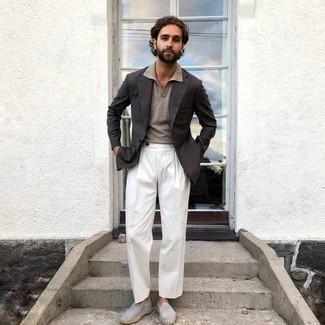 Dunkelgraues Sakko kombinieren – 1200+ Herren Outfits: Vereinigen Sie ein dunkelgraues Sakko mit einer weißen Anzughose für eine klassischen und verfeinerte Silhouette. Wenn Sie nicht durch und durch formal auftreten möchten, vervollständigen Sie Ihr Outfit mit grauen Wildleder Espadrilles.