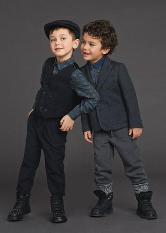 Wie kombinieren: dunkelgraues Sakko, dunkelblaues bedrucktes Polohemd, dunkelgraue Jogginghose, schwarze Stiefel