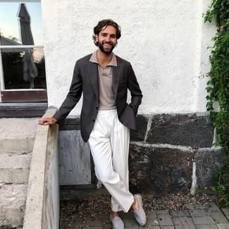 Dunkelgraues Sakko kombinieren – 1200+ Herren Outfits: Entscheiden Sie sich für ein dunkelgraues Sakko und eine weiße Anzughose, um vor Klasse und Perfektion zu strotzen. Fühlen Sie sich ideenreich? Entscheiden Sie sich für hellblauen Segeltuch Espadrilles.