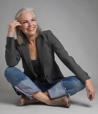 Wie kombinieren: dunkelgraues Sakko, dunkelgraues T-Shirt mit einem V-Ausschnitt, blaue Jeans, graue Leder Stiefeletten mit Ausschnitten