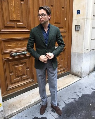 Wie kombinieren: dunkelgrünes Wollsakko, dunkelblaues Businesshemd, graue Anzughose, dunkelbraune Wildleder Oxford Schuhe