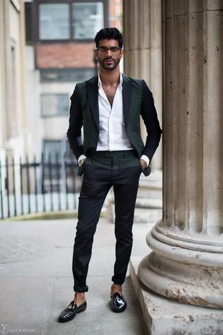 Schwarze Leder Slipper kombinieren: trends 2020: Die Paarung aus einem dunkelgrünen Sakko und einer dunkelblauen Chinohose ist eine ideale Wahl für einen Tag im Büro. Fühlen Sie sich ideenreich? Komplettieren Sie Ihr Outfit mit schwarzen Leder Slippern.