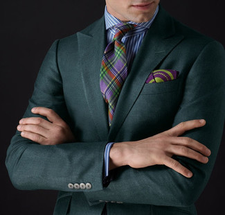 Wie kombinieren: dunkelgrünes Sakko, weißes und blaues vertikal gestreiftes Businesshemd, mehrfarbige Krawatte mit Schottenmuster, lila bedrucktes Einstecktuch