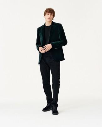 dunkelgrünes Samtsakko, schwarzer Pullover mit einem Rundhalsausschnitt, schwarze Kordjeans, schwarze Wildleder niedrige Sneakers für Herren