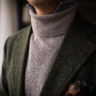 Wie kombinieren: dunkelgrünes Wollsakko, grauer Rollkragenpullover, blaues Jeanshemd, dunkelgrünes bedrucktes Einstecktuch