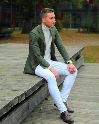 Wie kombinieren: dunkelgrünes Sakko, hellbeige Rollkragenpullover, weiße Jeans, dunkelbraune Doppelmonks aus Leder