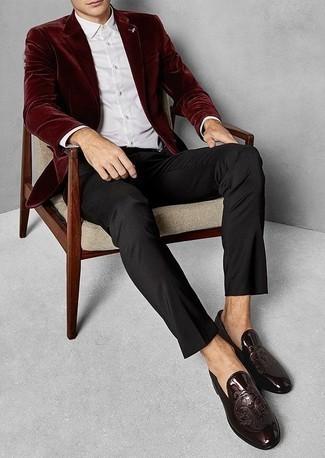 Dunkelrotes Samtsakko kombinieren: trends 2020: Paaren Sie ein dunkelrotes Samtsakko mit einer schwarzen Anzughose für eine klassischen und verfeinerte Silhouette. Dunkelrote Leder Slipper sind eine großartige Wahl, um dieses Outfit zu vervollständigen.