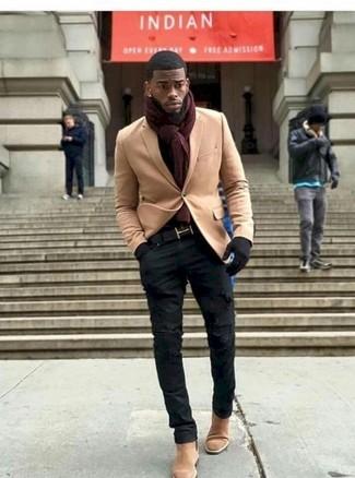 Wie kombinieren: beige Wollsakko, schwarze enge Jeans mit Destroyed-Effekten, beige Chelsea-Stiefel aus Wildleder, dunkelroter Schal